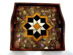 Base MDF, trabalho em mosaico com pastilhas de vidro. <br>Tamanho: 17x17cm