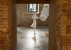 A Massive Sculpture Of A Majestic White Horse Frozen in Mid-Air Captures The Essence of Argentina Artist Claudia Fontes explores the alternative perspective through her emotive sculptures that aim to serve as a visual discourse. Museum Art Gallery, Colossal Art, Plastic Art, Venice Biennale, White Horses, Horse Art, Pictures To Paint, Architecture, Installation Art