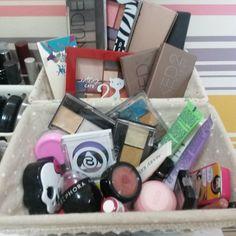 Hora de organizar esta baguncinha que me faz feliz.  #urbandecay #nakedbasics #nakedbasics2 #sephora #paleta #eyeshadow #eyeshadows #makeuplook #ilovemakeup #makeupobsessed #makeupaddict #makeuplover #makeuphaul #naturaaquarela #lipstick #maquillaje #maquiagem #instamakeup #mua #beautytalk #beautylover #makeuptable by pattylopesp