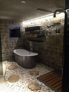 Rustykalna łazienka, wanna wolnostojąca, styl rustykalny, kamień w łazience. Zobacz więcej na: https://www.homify.pl/katalogi-inspiracji/16940/jak-urzadzic-lazienke-w-stylu-rustykalnym