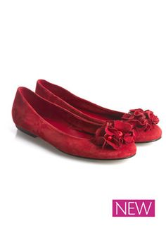 Red hot ruffle detail pumps from Kew159, which will work beautifully in an apple-shaped woman's wardrobe! Apple's have a slimmer lower body, so the aim is for an apple-shaped woman to enhance & draw attention to their slim hips & legs! That's exactly what these gorgeous, chic pumps will do, with the vibrant red colour & pretty ruffle detail drawing the eye down, to focus attention around the legs & lower body! Versatile shoes that will look fabulous with work wear, casual, or dressy outfits!
