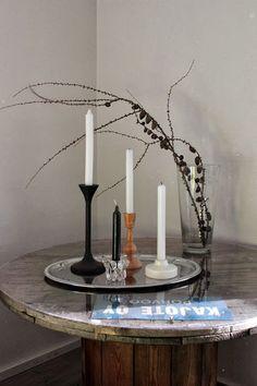olohuone,asetelma,kynttilä,kelapöytä,lehtikuusenoksat