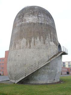 Trudelturm, Wissenschaftsstandort Berlin Adlershof gleich hinterm Erwin-Schrödinger-Zentrum. - Man munkelt hie und da, dass Schrödingers Katze dort drinnen... (mehr: http://jettes-merkzettel.blogspot.de/2009/09/wer-wohnt-den-da.html )