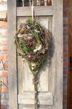 **Frühlingshafter Türschmuck......** ........ mit Frühlings-und Osterschätzen gefülltes Gesteck in Tropfenform schmückt jede Haustür und ist mal eine schöne Alternative zum Türkranz. Gebunden aus...