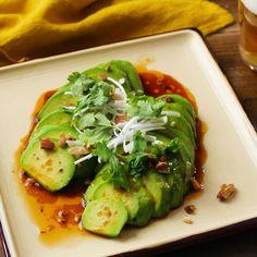 「よだれアボカド」のレシピと作り方を動画でご紹介します。切ったアボカドにピリ辛だれをかけるだけの簡単おつまみレシピです。花椒とラー油が効いているのでお酒がすすむひと品です。焼肉のたれを使えばお手軽にできておすすめですよ♪ Home Recipes, Asian Recipes, Cooking Recipes, Ethnic Recipes, Tasty, Yummy Food, Japanese Food, Japanese Recipes, Quick Meals