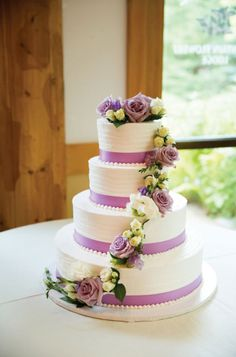 Lovely wedding cake with violet shades | http://www.bridestory.com/blog/a-charming-open-air-wedding-in-michigan