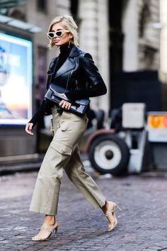 Street Style Central der New York Fashion Week - Street Style - outfit ideen New York Fashion Week Street Style, Street Style Blog, Street Style Looks, Street Chic, Street Styles, Paris Street, Street Fashion, Stockholm Street Style, Fashion Black