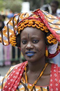 Joven senegalesa, con maquillaje y atuendo típicamente senegaleses.- El Muni