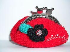 Bolsa em crochet, redonda, vermelha com flor
