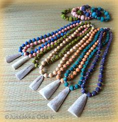 Käsin värjätyt puuhelmet ja poronsarviriipus www.facebook.com/... www.jussakka.fi #kaulakoru #neckles #poronsarvi #koru