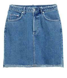 Denimblå. En kort kjol i tvättad denim med slitna detaljer. Kjolen har myntficka, framfickor och bakfickor. Gylf med dragkedja och knapp. Rå, fransig kant