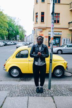 the yellow one Wie stellt man sich den Agenturen in Berlin: genau so! Sonnen Brille und Lederjacke...