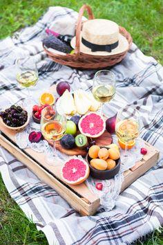 Quoi de plus agréable que de pique-niquer, lorsque les beaux jours pointent le bout de leur nez ? 🌞  Voici 10 recettes pratiques à emporter partout ! 🥪🍗🍅🍓  #recette #piquenique #picnic #repas #salade #quiche #healthy #minceur #healthyfood #recettehealthy #menuhealthy #sandwich #wrap #jambon #olives #cake #madeleines #brochettesdefruits #brownie #courgette #mozzarella #brochettes #apéro #tomatemozza #tomate #saladedepâtes #été #recettedesaison #mangersainement #sain Menus Healthy, Sandwich Wrap, Wraps, Cheese, Food, Pasta Salad, Stoner Food, Essen, Meals