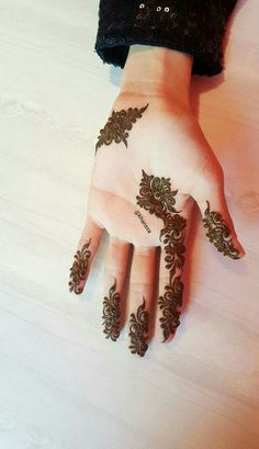 Simple beauty Khafif Mehndi Design, Mehndi Designs 2018, Modern Mehndi Designs, Mehndi Design Pictures, Mehndi Designs For Fingers, Beautiful Henna Designs, Mehndi Designs For Hands, Heena Design, Mehndi Images