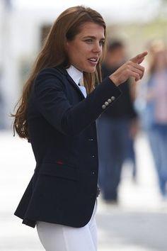 La belle cavalière Charlotte Casiraghi en tenue très élégante