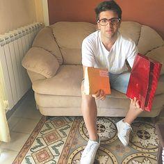 Repost barone_piero  Oggi sono arrivate tantissime lettere a casa dalle fans...adesso con calma mi rilasso a leggerle tutte. Un bacio  Vi Voglio Bene❤️❤️ #volovers