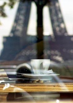 エッフェル塔を眺めながらカフェを一服