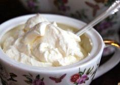 La crema del Devonshire è una delicata preparazione molto veloce da lavorare, infatti basta mescolare tutti gli ingredienti, il mascarpone, la panna ...