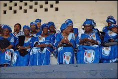 Inauguration of Liberian President Ellen Johnson-Sirleaf by James Weegi. Dresses made of commemorative fabric. Ellen Johnson Sirleaf, Political Culture, Printing On Fabric, Scene, African, Textiles, Scrapbook, Quilts, History