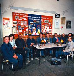 Arbeiterbrigade der Leuna-Werke (VEB) vor einer Versammlung, 1973/74