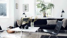 Du finder hverken røde stole eller gule lamper hos Henriette Steffensen, for her er det roen, som er i højsædet. Og den finder tøjdesigneren bedst, når omgivelserne ikke støjer for meget, men holdes i en farveskala fra hvid over grå og brun til sort.