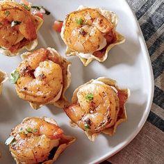 Recette de crevettes cocktail à la mexicaine | .coupdepouce.com Shrimp Appetizers, Appetizer Dips, Shrimp Recipes, Appetizer Recipes, Beignets, Fish And Seafood, High Tea, Food Videos, Brunch