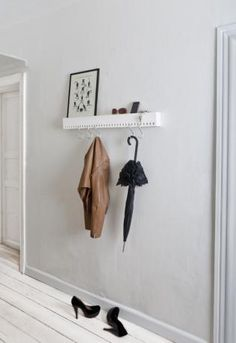 organização da casa, hall de entrada de apartamento pequeno, decoração, arrumação, chaves, guarda-chuva e sapatos.