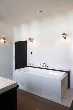 Moderne design badkamer met Fior di bosco marmer.   Badkamer ...