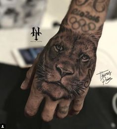 Neymar's latest tattoo Lion Hand Tattoo Men, Lion Forearm Tattoos, Hand Tattoos For Guys, Wolf Tattoos, Finger Tattoos, Body Art Tattoos, Neymar Jr Tattoos, Soccer Tattoos, Tattoo Main