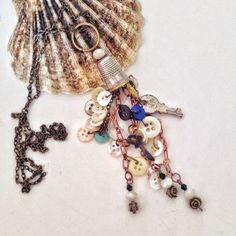 Amuleto realizzato con piccolo bottoni vintage in madreperla, chiavi antiche e una goccia di cristallo di un lampadario chandelier.