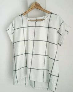T-shirt Odette à carreaux -- patron gratuit La Maison Victor hochzeitsgast dresses Shirt Patterns For Women, Clothing Patterns, Dress Patterns, Sewing Clothes, Diy Clothes, Barbie Clothes, Sewing Shirts, Diy Shirt, Tee Shirts