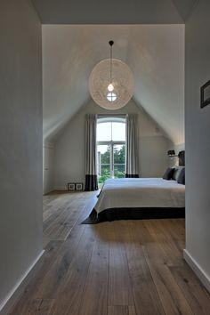 mooi detail; de zwarte rand van de sprei teruglaten komen in de gordijnen - Villabouw Sels - houten vloer
