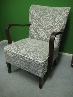 Vintage chair in sage green would look great in my living space. Furniture Upholstery, Upholstered Chairs, Home Living Room, Living Spaces, Diy School Supplies, Bisque Doll, Vintage Chairs, Sofa Chair, Accent Chairs