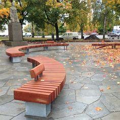 kromme bank met stevige zitting van hout op een plein