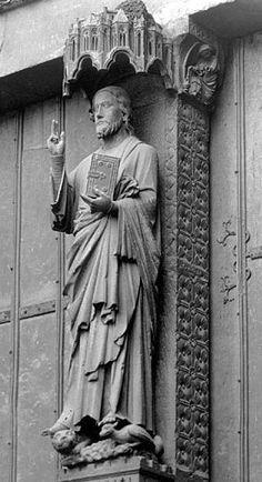 Cristo en el parteluz de la portada central de la Catedral de Amiens.