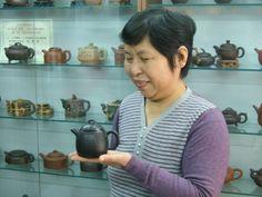 Récipiendaire de nombreux prix, Mme Sheng possède son propre studio de poterie où elle fabrique des pièces...