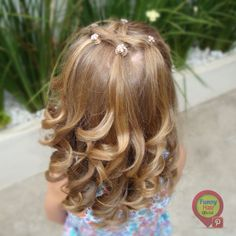 Penteados para meninas. Cacheados. Easy Toddler Hairstyles, Little Girl Hairstyles, Cute Hairstyles, Wedding Hairstyles, Hear Style, Kids Makeup, Baby Girl Hair, Look Chic, Face And Body
