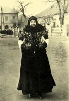 Balassa–Ortutay: Hungarian Ethnography and Folklore / Upper Hungary Hungarian Embroidery, Folk Clothing, Leather Art, My Heritage, Costume Dress, Old Women, Vintage Images, Goth, Women Wear