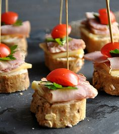 Lista wpisów - Co na Sylwestra - DoradcaSmaku.pl Finger Foods, Cheddar, Food Inspiration, Tapas, Sushi, Grilling, Sandwiches, Food And Drink, Appetizers