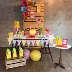 Festa Flamingo: 90 fotos + tutoriais para uma comemoração incrível Birthday Candy, Luau Birthday, 30th Birthday Parties, Flamingo Birthday, Flamingo Party, Kids Party Themes, Birthday Party Decorations, Ideas Party, Outdoor Graduation Parties
