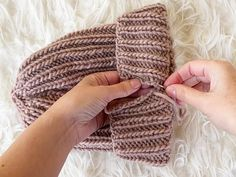 How to knit a hat with straight needles for complete beginners. Learn how to knit a beanie flat on straight needles with this step by step tutorial. Beanie Knitting Patterns Free, Beanie Pattern Free, Baby Hats Knitting, Knit Patterns, Free Knitting, How To Start Knitting, Knitting For Beginners, Fingerless Gloves Knitted, Knitted Hats