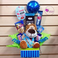 Candy Gift Baskets, Candy Gifts, Candy Boxes, Candy Bouquet Diy, Diy Bouquet, Homeade Gifts, Valentines Day Baskets, Sunflower Gifts, Edible Arrangements