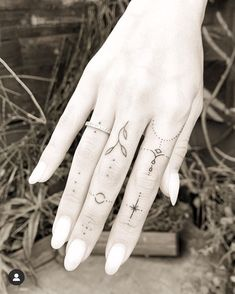 Hand And Finger Tattoos, Simple Hand Tattoos, Simple Finger Tattoo, Finger Tattoo For Women, Simplistic Tattoos, Finger Tattoo Designs, Hand Tattoos For Women, Finger Tats, Dainty Tattoos