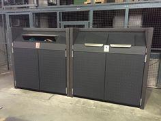 Zwei #Containerschränke Typ #AVANTGARDE® 1100 zur betrieblichen Sammlung von #Papier und #Restabfall. Korpus Anthrazitgrau gestockt,  Türen und Deckel Anthrazitgrau, duplex-pulverbeschichtet