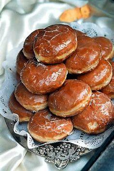 Pączki serowe  60 dag mąki 40 dag tłustego sera twarogowego 12 dag margaryny 15 dag cukru 2 dag drożdży 1 łyżeczka proszku do pieczenia 2 łyżki śmietany 4 jajka 3 łyżki mleka 1 torebka cukru waniliowego (1,6 dag) sól 3/4 szklanki konfitur lub dżemu 0,5 kg smalcu do smażenia 1 szklanka cukru pudru do posypania Paczki Donuts, Doughnuts, Sweet Little Things, Crazy Cakes, Sweet Pastries, Polish Recipes, Dessert For Dinner, Pumpkin Cheesecake, Sweet Treats