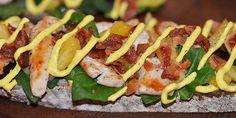 Nem og lækker forret med kylling, bacon, ananas og karrydressing anrettet på ristet brød med lidt salat.