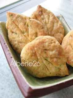 Voilà de jolis biscuits salés pour l'apéro, que j'ai voulu faire en forme de feuilles à l'occasion de notre entrée dans l'automne :) Avec la précieuse huile de provence Lapana, j'ai choisi celle aux notes de citron, de cèdre et de cyprés, qui se nomme...