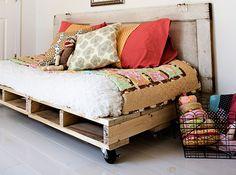 Thanks to wooden pallets, DIY Home storage and decor projects have never been easier! Get inspired with this list of 5 easy DIY pallet projects. Home Diy, Pallet Furniture, Diy Pallet Bed, Bed Design, Pallet Sofa, Furniture, Repurposed Furniture, Diy Daybed, Pallet Daybed
