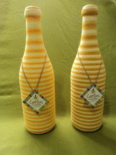 Conjunto de duas garrafas recicladas, decoradas com artesanato de barbante, em tons amarelados. <br>Ideal para decora��o de ambientes, m�veis e estantes, como jarros para flores, ou para decora��o de festas e eventos. Aceito encomendas em outras cores e tamanhos de garrafas