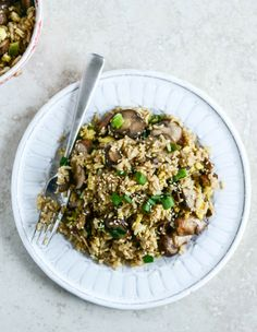 30 Minute Portobello Fried Brown Rice | howsweeteats.com